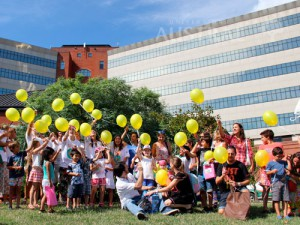 Universidad-Austral-Hospital-Universitario-Austral-suelta-globos-ninios-cancer